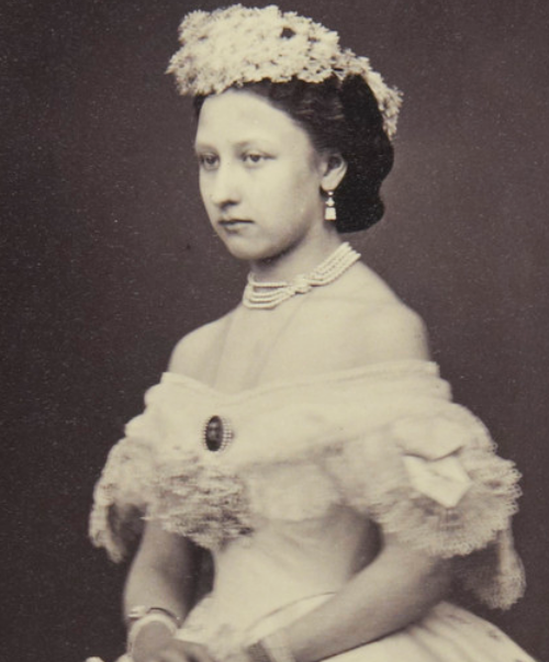 historyforbreakfast:  thefirstwaltz:   Princess Louise, Duchess of Argyll, as bridesmaids at her sister wedding Princess Alice - 1861  Princess Louise of the United Kingdom, later Duchess of Argyll, as a bridesmaids at her sister, Princess Alice's wedding. 1861.   I can't deal with how beautiful this is!!!!!