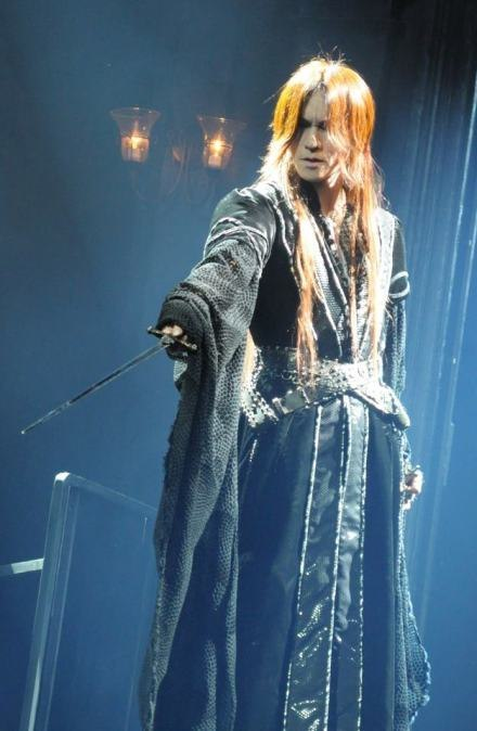 "SUGIZO as ""The Duke"" in the play ""7 DOORS ~青ひげ公の城~""."