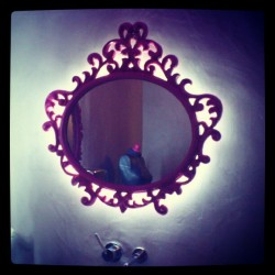 El espejo mágico #mirror #glass #look #espejo #pink #light #magic #magical #nice #beautiful #decoration #home #bath #mystery #fun #female #design #trend #style
