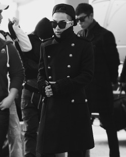 lefthandedbluestocking:  This type of coat doesn't seem like something Taeyang would usually wear, but I'm completely loving it.   It's like a tsar's outfit, and I agree with you—it's not his standard look, but he's working it pretty well. Dramatic and hip-hop go together like hand in glove—which is why they can tend toward the sweetest suits as well.