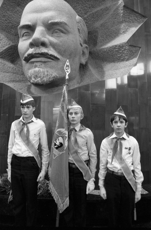 semioticapocalypse:  Runov. Young Pioneer guards of honor at a museum pavilion of the train that brought Lenin's remains to Moscow in 1924. 4 October 1984. [::SemAp::]