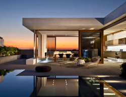 Harbour View Hills (Corona Del Mar, California) by Laidlaw Schultz Architects.  via Lancia TrendVisions