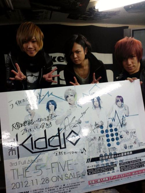 enchantingmoon:  Yusa, Yuusei and Yuudai of THE KIDDIE visited the Like an Edison Tokyo store for the release of their new album「THE 5 -FIVE-」on Nov. 28th, 2012.