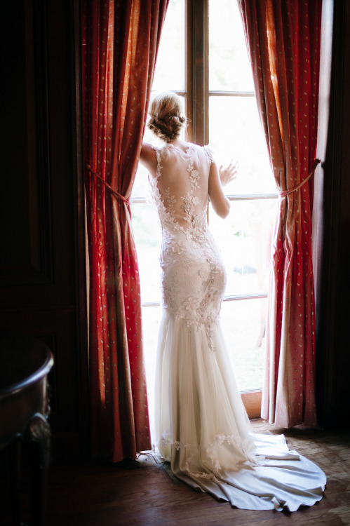 Claire Pettibone 'Viola' wedding gown   Photography: Squaresville Studios via Elizabeth Messina's 'A Lovely Workshop'
