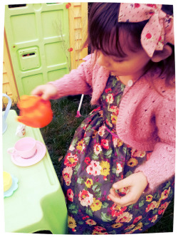 Mini Boden fan Rebecca looks sweet as flora in her pretty new dress (via Diary of the Evans-Crittens: Boden- a new dress for Rebecca)