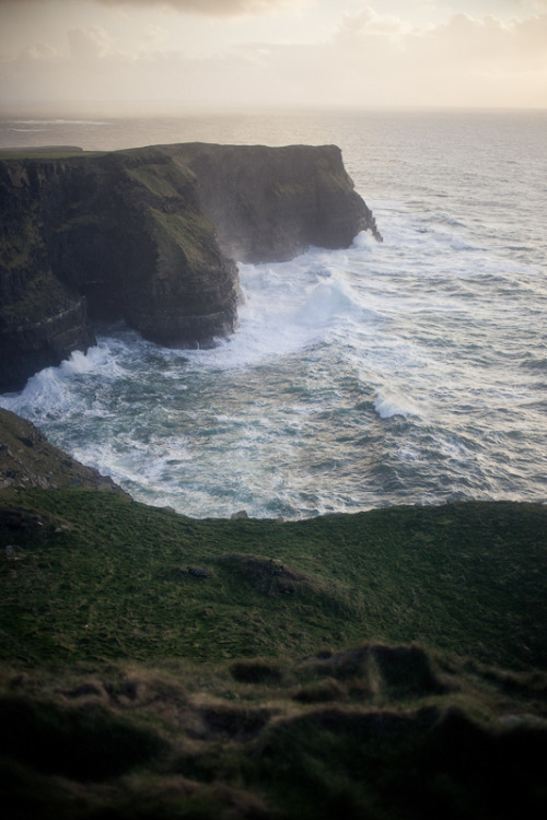 lovelyydarkanddeep:  Cliffs of Moher, Ireland (by sieradzka)