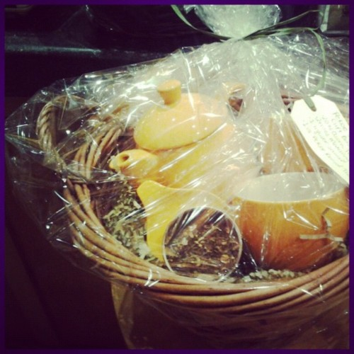 This gift basket comes in yellow, red, orange, green, teal and white. Included: an acorn teapot with 2 matching mugs, infuser saucer and pekoe revival looser leaf tea!! Pick yours up today before they're all gone!