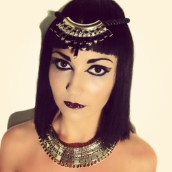 My cleopatra, with the wig i made from scratch!  #cleopatra#makeup#photoshoot#mua#mywork#egyptian#egypt#wig#hair#gold#jewels#tan#redlips