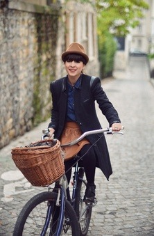 (via cycle chic / Schwinn street style in butte aux cailles neighborhood, Paris)