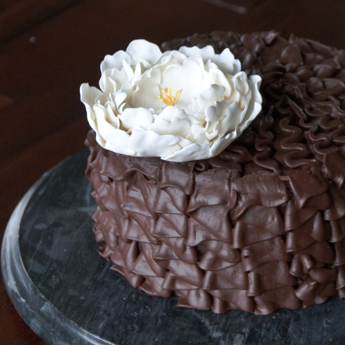 gastrogirl:  beautiful cake with ruffled ganache.