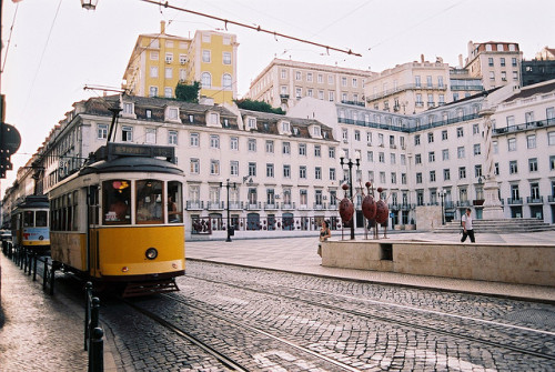 daze-ys:  Tram Lisboa 4 by julencin2000 on Flickr.