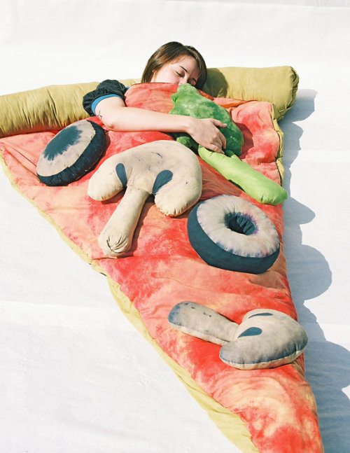 OH MAI FRACKIN GORSH!!!! A PIZZA SLEEPING BAG? WAAANT!!!!