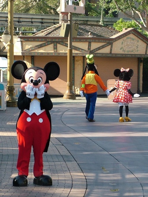 agirlwithtangles:  haveyourselfadisneydream:  :O Trouble in paradise, Mickey?  He looks genuinely surprised. I freaking love this.
