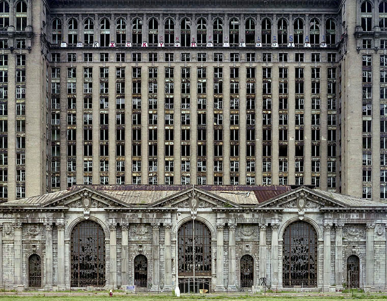 freundevonfreunden:  Detroit in Ruins by Yves Marchand and Romain Meffre The two Parisiennes Marchand and Meffre strive to visit places that have been long forgotten. During this, they take unforgettable pictures that bare an abandoned and haunting beauty that is rare to find within this modern world.  Check out more of these images on their official site.