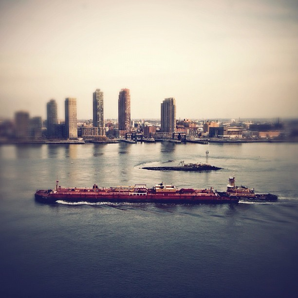 #nyc #barge #winter #outsidemywindow (at United Nations Secretariat Building)