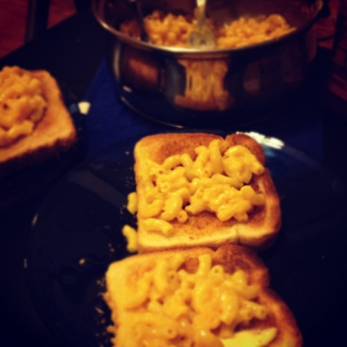 We're geniuses. @plickets aka boo thang.  #macncheese #cheese #toast #foodporn #foooood #personal #yumyumyum