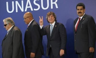 El vicepresidente argentino, Amado Boudou, junto a otros representantes de la región durante la Cumbre de jefes de Estado y de Gobierno, realizada en Lima, Perú, el 30 de noviembre de 2012. Más información en...