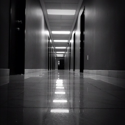 Fuga a horas inciertas. #goodnight #corridor #blackandwhite #0o0 #mextagram #mexigers #igersmexico #jj_forum #jj