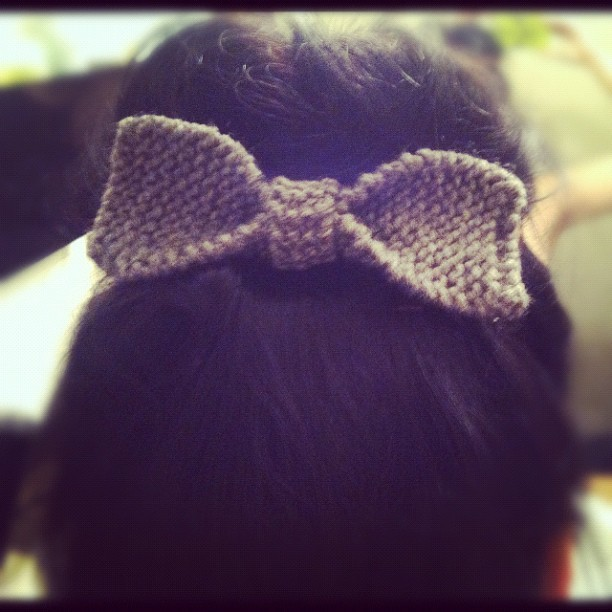 Knit hair bow. 🎀 #knitting #abuela #topknot #self