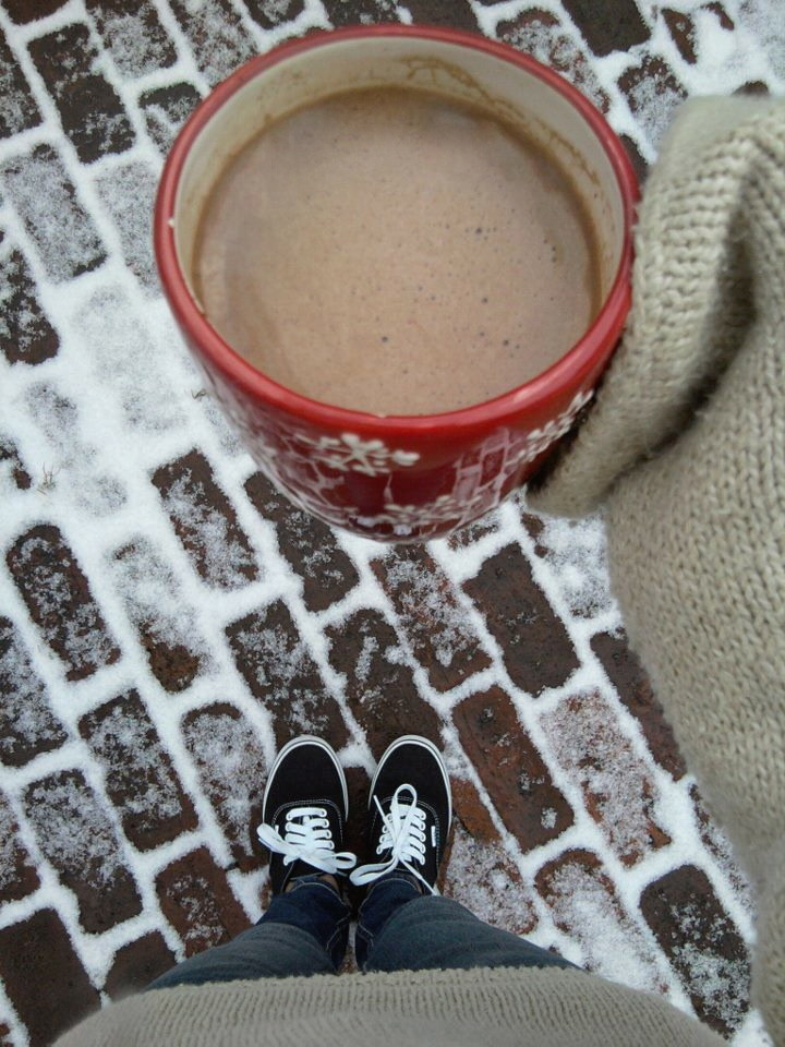 awklicious: hot chocolate is even better when its in a snowflake covered mug :) )