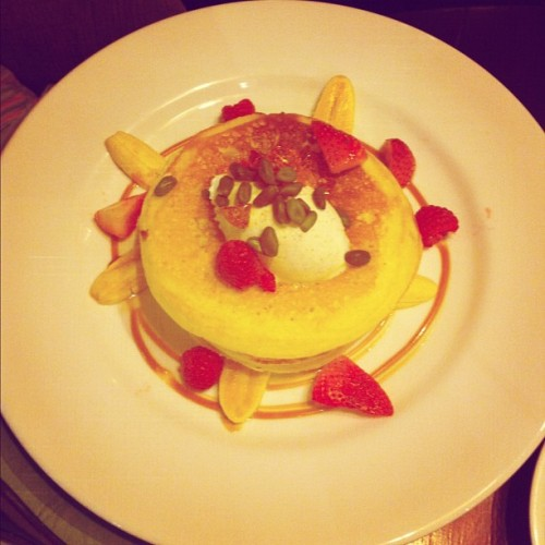 Lovely brunch with SY! Panna cotta pancakes special menu of the day!    #food #foodporn #foodography #forjohn #delicious #beautifulthingsinlife #brunch #sweet #igsg #igclub #instasg #iphonesia #instagramsg #iphoneography #sgig #singaporefood #goodmorning #gohan #yoursingapore #happy  (at Wild Honey)
