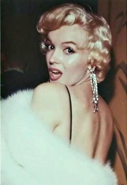 alwaysmarilynmonroe:  Marilyn at the premiere of The Rose Tattoo in December 1955.