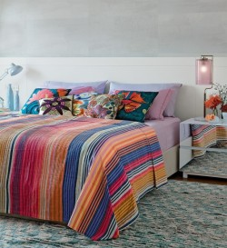 micasaessucasa:  (via Tropical-Themed Bedroom Design For Those Who Love Bright Colors | DigsDigs)