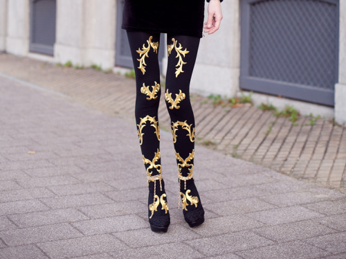 what-do-i-wear:  D.I.Y. Baroque tights (image: mypreciousconfessions)