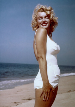 vvisen:  thebeautyofmarilyn:  Marilyn photographed on the beach by Sam Shaw, 1957.  <33