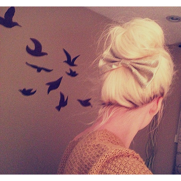 👅 #bun #bow #girl #blonde #girly #hair #hairdo #updo #simple #birds #silhouette #sparkly #gold