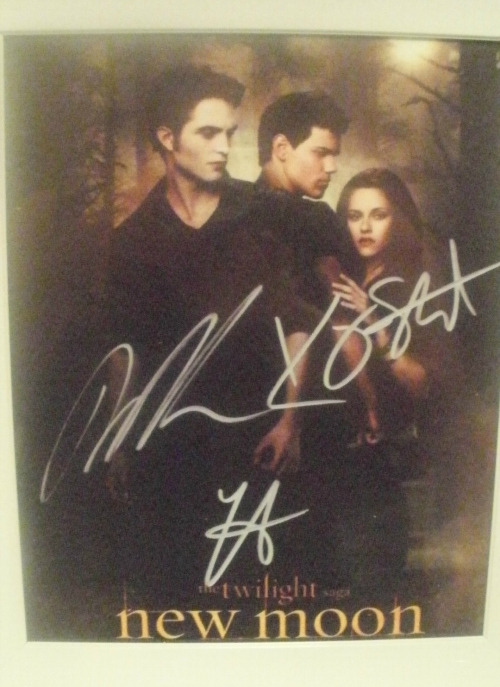 sluttyholidays:  This is a signed picture from Robert Pattinson, Kristen Stewert and Taylor Lautner. I got this back in 2010 from my auntie who was actually in New Moon! She played Emily and she got me this for my birthday, but now i'm going to give this to someone else. I'm giving this away to someone here on tumblr, reason being all it does is sit around in my closet and I think someone could maybe put it to better use then me. Giveaway Details:  Only reblogs; no likes. Reblog as many times as you'd like.  i will ship any where. Contest ends December 20th and I will ship it off on the 21st. i will use a online random draw, to make this fair. :)