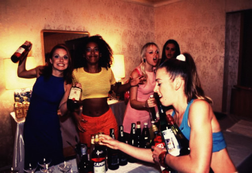 fuckyeah1990s:  this is the best Spice Girls photo of all time…  Not going to lie, this cracks me up.  Spice up your life, literally.