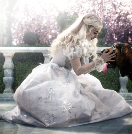 suicideblonde:  Anne Hathaway as The White Queen in Alice in Wonderland