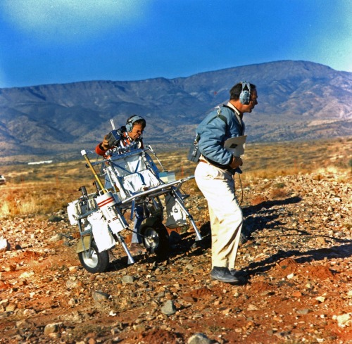 "scanzen:  The final geologic training for the Apollo 14 crew was held at the SPE Branch's new Black Canyon Crater Field in Verde Valley, Arizona on 16 November 1970; (a) Al Shepard (l) and Ed Mitchell pulling the Modular Equipment Transport (MET) (referred to as the ""Golf Cart"" by the crew) on a blocky surface in the Black Canyon Crater Field. The MET idea was conceived by Al Shepard for their use (to carry all of the tools, cameras, sample bags, rocks, and Al's ""Golf club"") for the trek up to Cone Crater during their upcoming Apollo 14 mission. Photo: NASA/USGS."
