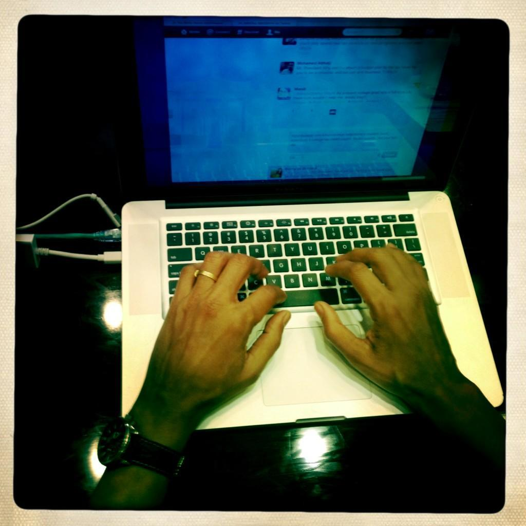 washingtonpoststyle:  President Obama's hands typing answers to #My2K Twitter questions @WhiteHouse. Photo via Pete Souza