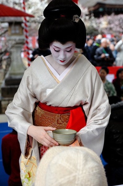 geisha-licious:  geiko Naosome serving tea at Baikasai, by MASA PHOTOS on Flickr