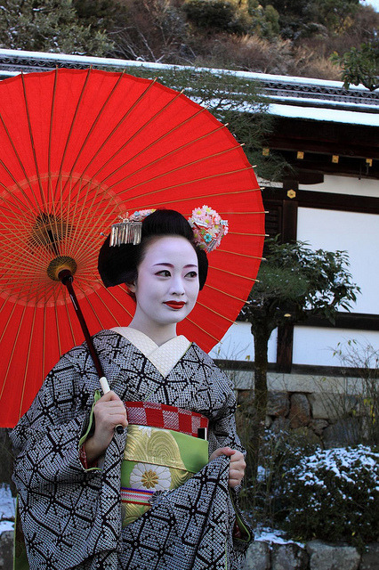 geisha-licious:  maiko Katsumi by YSDNBHR on Flickr  The colors here, just the colors… and the textures too, damn…