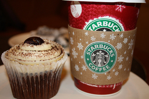 coffeelovescupcake:  coffee and cupcakes. perfect. :)