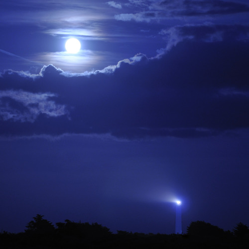 llbwwb:  Le Grand Phare et la Lune (the Lighthouse and the Moon) (by emvri85)