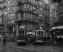 fotojournalismus:  Trams turning the corner at Galatasaray on a snowy day, Istanbul, 1960. [Credit : Ara Güler]
