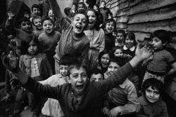 fotojournalismus:  Children playing in Tophane, Istanbul, 1986. [Credit : Ara Güler]