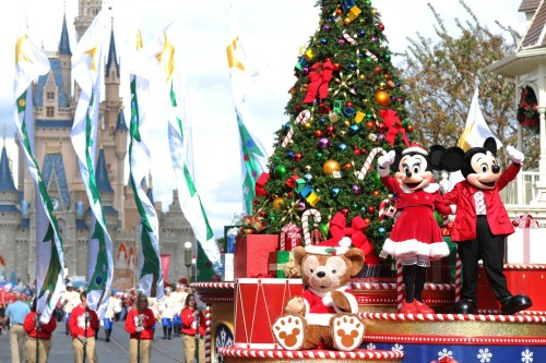 "Did you know? The Disney Parks Christmas Day Parade has been aired every year since 1983 except the year 2000, when a ""Santa Tracking"" Special was aired on Christmas Eve instead. The show has not been broadcast live since it aired on CBS in the early 1990's. In fact, most of the show is taped in late November and early December.  Look for the 29th Annual Disney Parks Christmas Day Parade on your local ABC Television Network - December 25th."