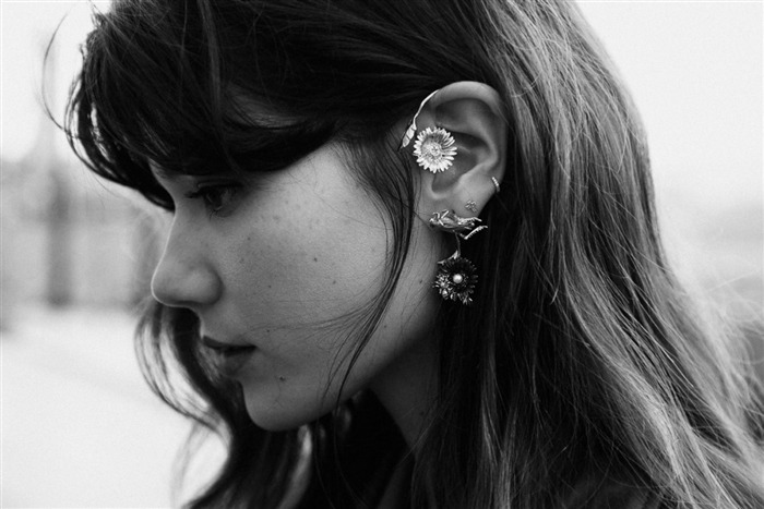 azlea:  luxbambi:  her earings are rad  ikr