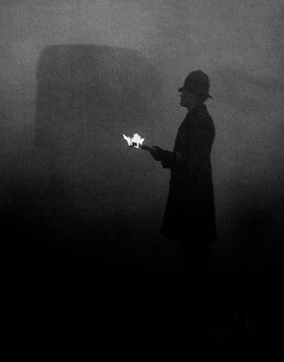 60 years since the great smog of London - in stunning pictures On Friday 5 December 1952, a thick yellow smog brought the capital to a standstill for four days and is estimated to have killed more than 4,000 people. London's air may appear much cleaner today, but  is still dangerously polluted. The coal pollution that caused the infamous 'pea soupers' has been replaced by invisible pollution – mainly from traffic fumes – resulting in 13,000 early deaths each year in the UK and 4,300 in London