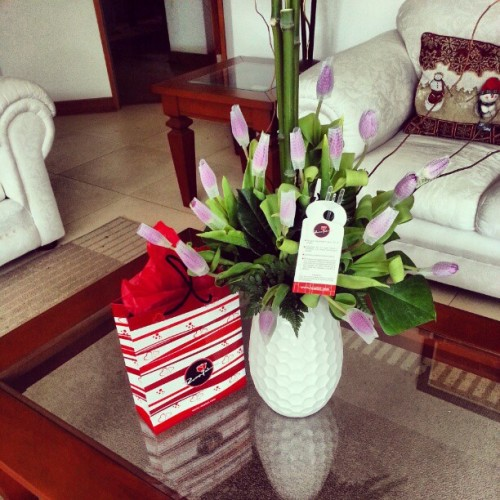 Me mueroooo. My first Birthday present of the day!!! Tulipanes + Sopresa :)))) #birthday #girl #loveit #sweet #cute #tulips #surprised #special