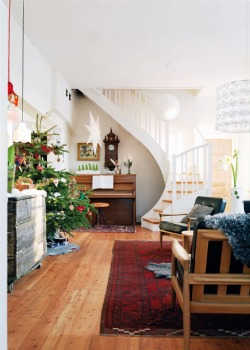 fromscandinaviawithlove:  A Christmas home in Sweden. Photo by Peter Carlsson for Hus & Hem.
