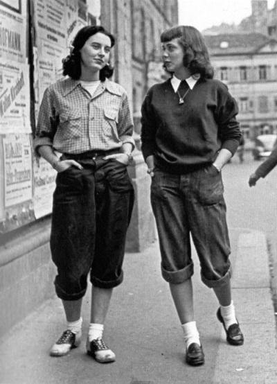 ♥theniftyfifties:  Girls on the streets of London, late 1950s.