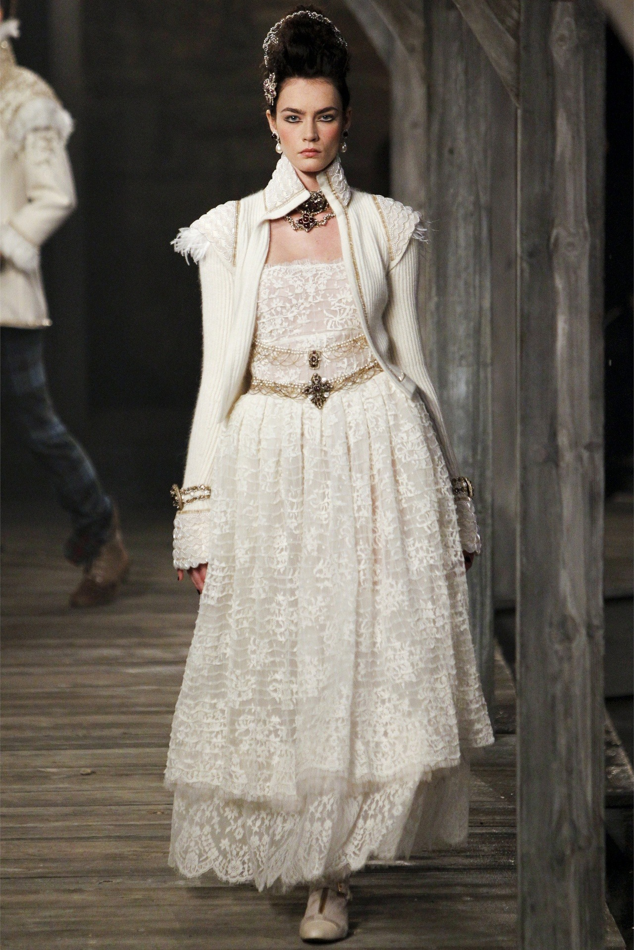 caligulamugler:   english-rose:   Chanel Pre-Fall 2013 2014   looooove these few pieces in the collection. hated most of it (tartan plaid)