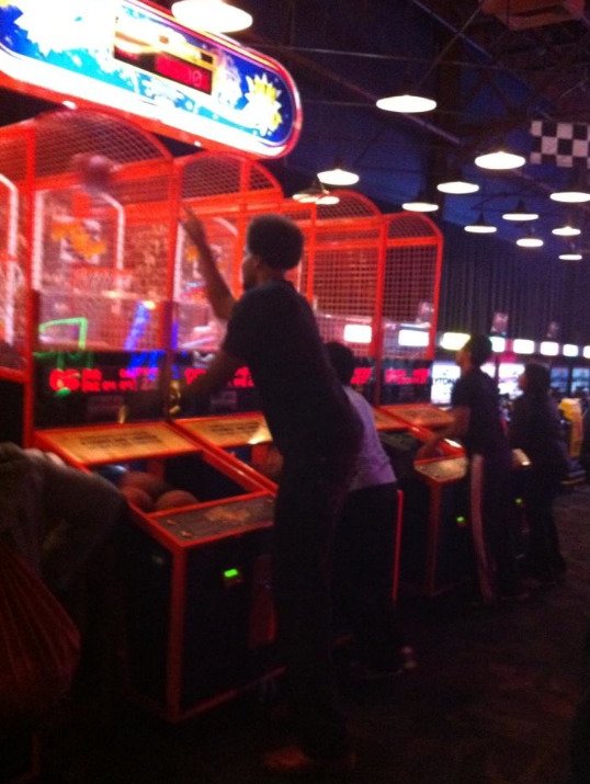Photo: Andrew Bynum was BALLIN' last night - at Dave & Busters.