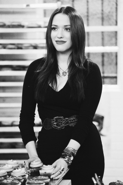 "Kat Dennings in 2 broke girls ""And The Big Opening"""